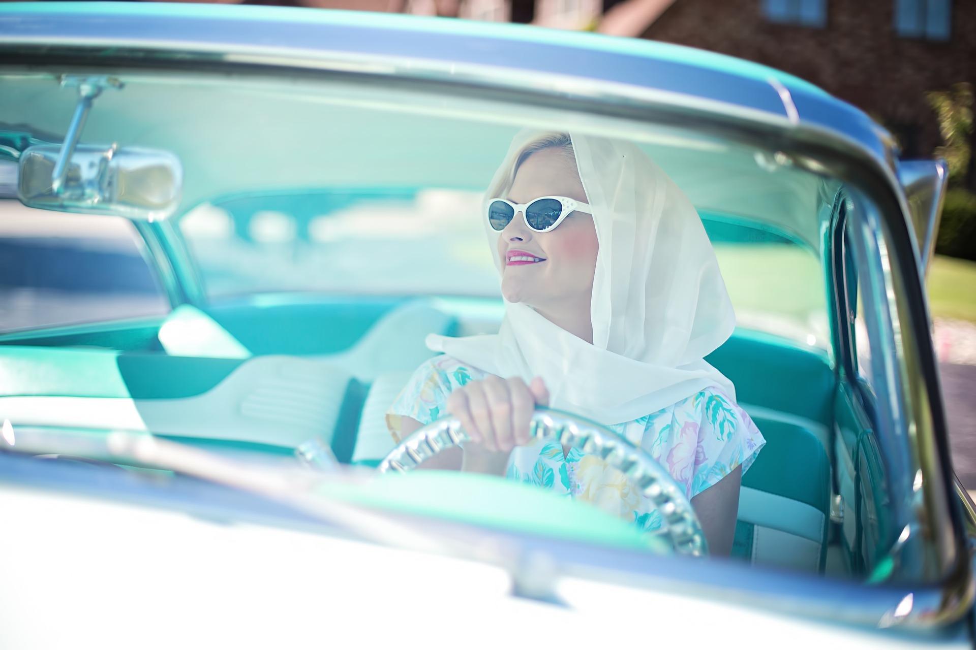 Popravila prask na avtomobilu se lahko loti vsaka ženska